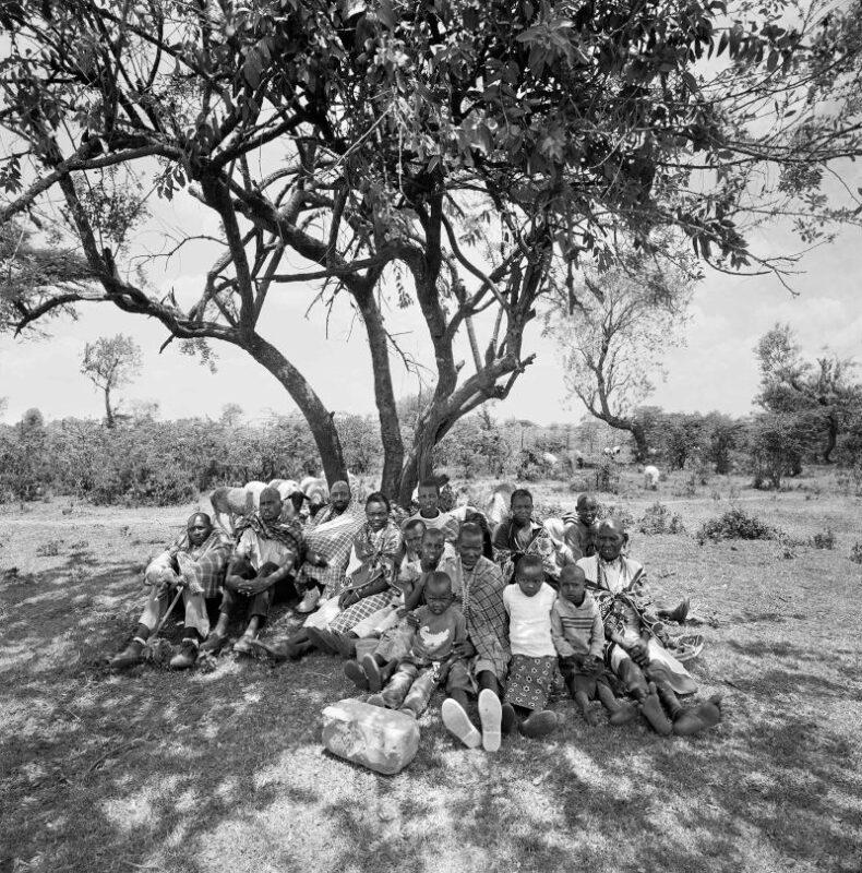 """Narok, Kenya, 2017 """"Siamo una grande famiglia, e da noi c'è spazio per tutti. Certo, la vita nella savana è difficile, i tanti cambiamenti degli ultimi tempi ci spingono a modificare radicalmente il nostro stile di vita. Ma insieme ce la faremo."""" 150 x 150 cm ©Christian Tasso"""