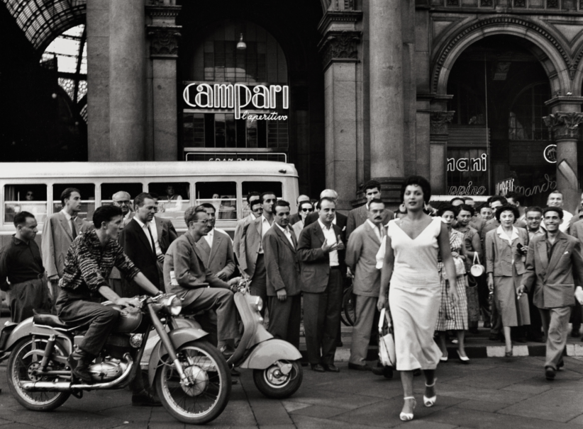 Gli italiani si voltano, Milan o, 1954 © Archivio Mario De Biasi / courtesy Admira, Milan