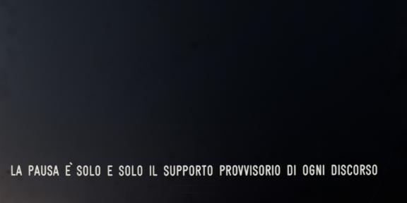 Vincenzo Agnetti, Assioma-La pausa è solo e solo il supporto provvisorio di ogni discorso, 1971