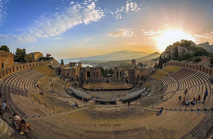 La scultura di Pietro Consagra in dialogo con le memorie del Teatro Antico di Taormina