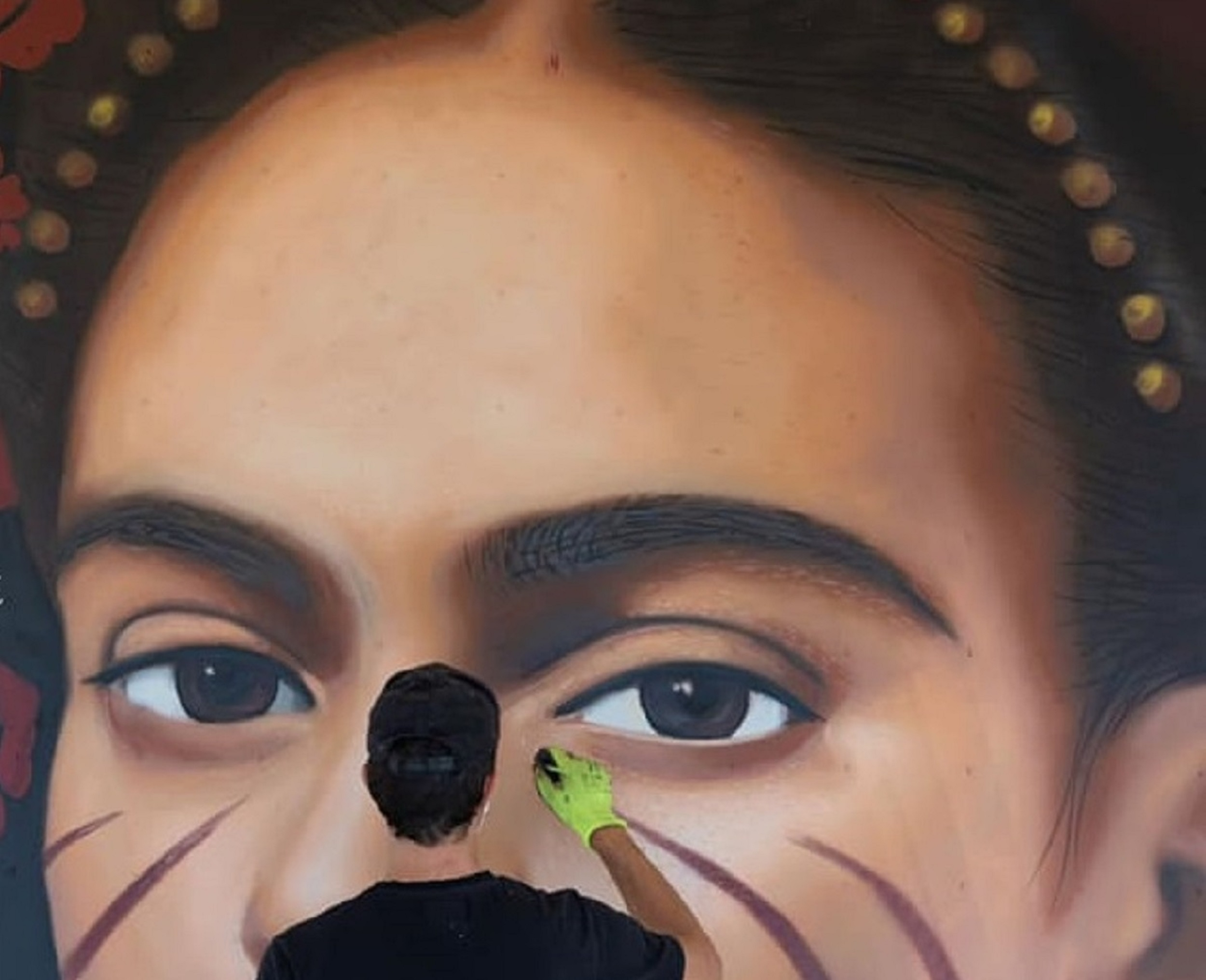 Le cicatrici di Frida Kahlo. L'ultima opera di Jorit per supportare Medici Senza Frontiere