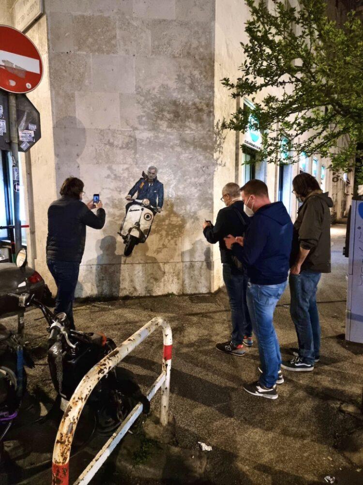file di curiosi davanti il murale di Harry Greb dedicato a Mourinho