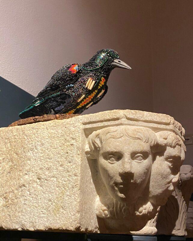 Monika Teal Older than words, 2020 Tessuti, perline L'installazione si compone di: The Flying Crow 40 x 30 x 24 cm The Standing Crow 40 x 36 x 24 cm The Crow Mobil 240 x 100 cm