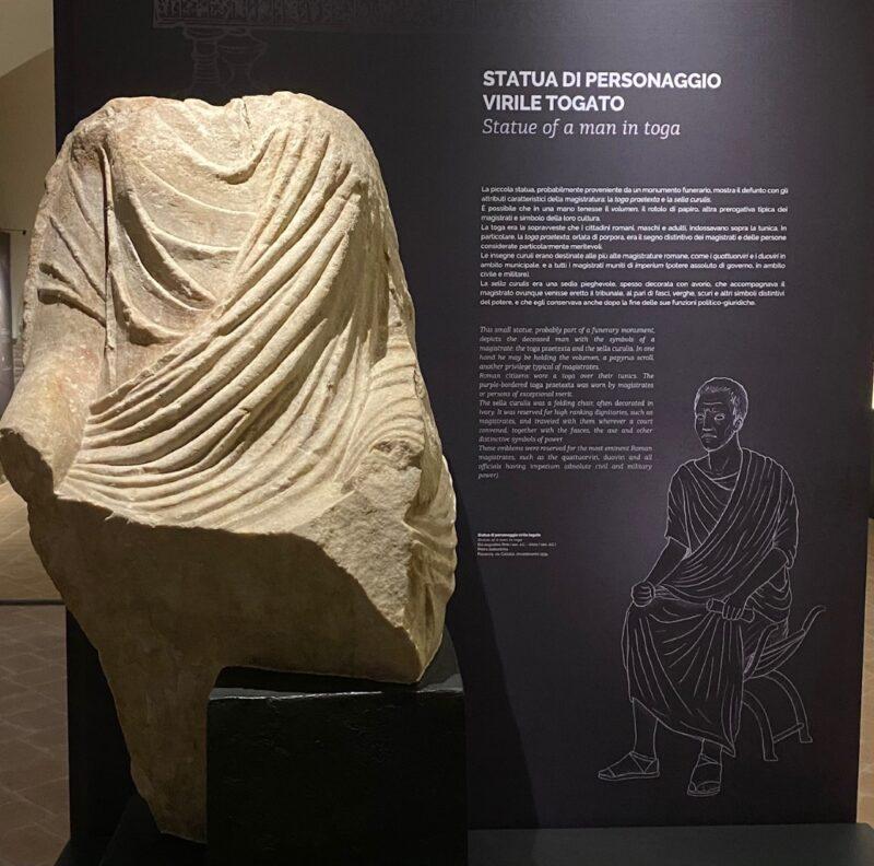 Statua di un personaggio virile con toga e sella curulis, rinvenuta a Piacenza in via Calzolai nel 1934
