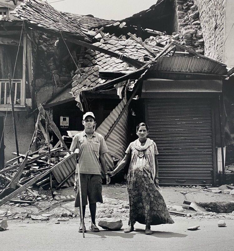"""Dhading Besi, Nepal, 2015 """"Un giorno l'ho incontrata e ci siamo innamorati. I miei vicini non mi crede- vano quando ho detto loro che mi sarei sposato. Oggi aspettiamo il nostro primo figlio. Sarà dura, il terremoto ha distrutto la nostra casa, ma ce la faremo e non vediamo l'ora che nasca."""" 40 x 40 cm ©Christian Tasso"""