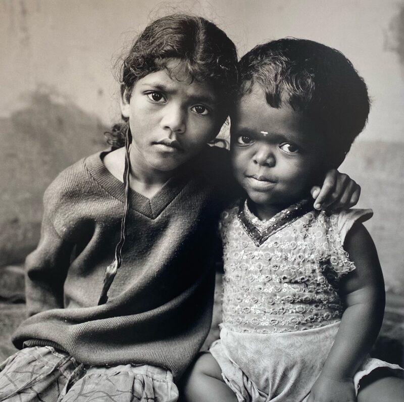 """Monti Niligiri, India, 2017 """"Mentre i nostri genitori sono fuori nelle piantagioni di tè, noi giochiamo insieme agli altri bambini del villaggio."""" 150 x 150 cm ©Christian Tasso"""