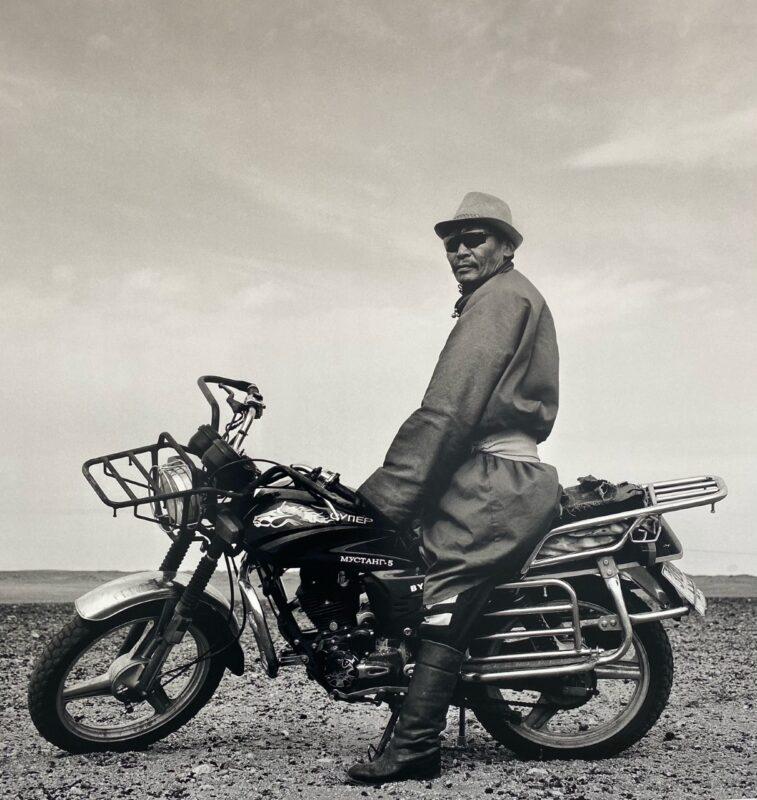 """. Provincia del Hôvsgôl, Mongolia, 2017 """"Adoro i cavalli, mi piacciono e li cavalco sempre quando posso. Ma adoro anche la mia moto, che spesso è più comoda e mi permette di essere più veloce."""" 150 x 150 cm ©Christian Tasso"""
