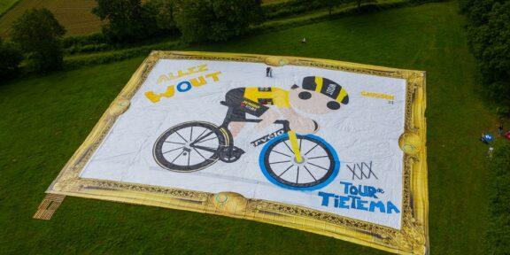 Il dipinto più grande del mondo che celebra il campione Van Aert in azione sulla sua bici dall'iconica ruota blu Swapfiets creata dagli youtuber olandesi Tour de Tetiema
