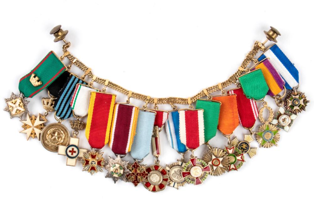 Guarnizione da giacca composta da 16 miniature di ordini al merito della Repubblica italiana conferiti a Maria Pia Fanfani montati su catena d'oro