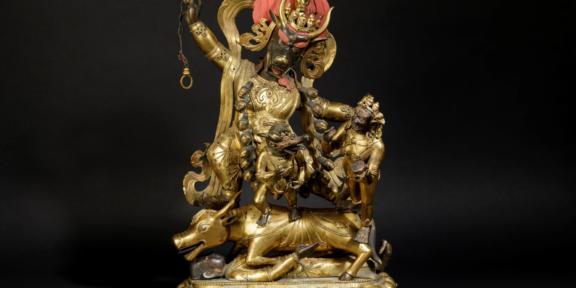Rara e grande scultura in bronzo dorato con tracce di tempera rossa (postuma) raffigurante Yama Lord of Hell con Yami e Shri Devi stanti su fiore di loto, Cina, Dinastia Qing, epoca Qianlong (1736-1796) h cm 52,5 Stima: 50.000 - 70.000 euro