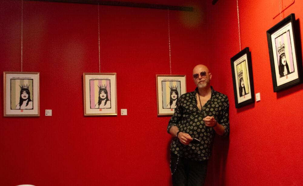 Pau con alcune delle sue opere in mostra a Cremona