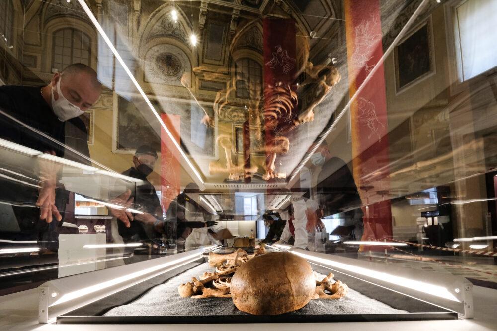 Un momento dell'allestimento della mostra I GLADIATORI presso il Museo Archeologico nazionale di Napoli. ph. Mario Laporta/KONTROLAB