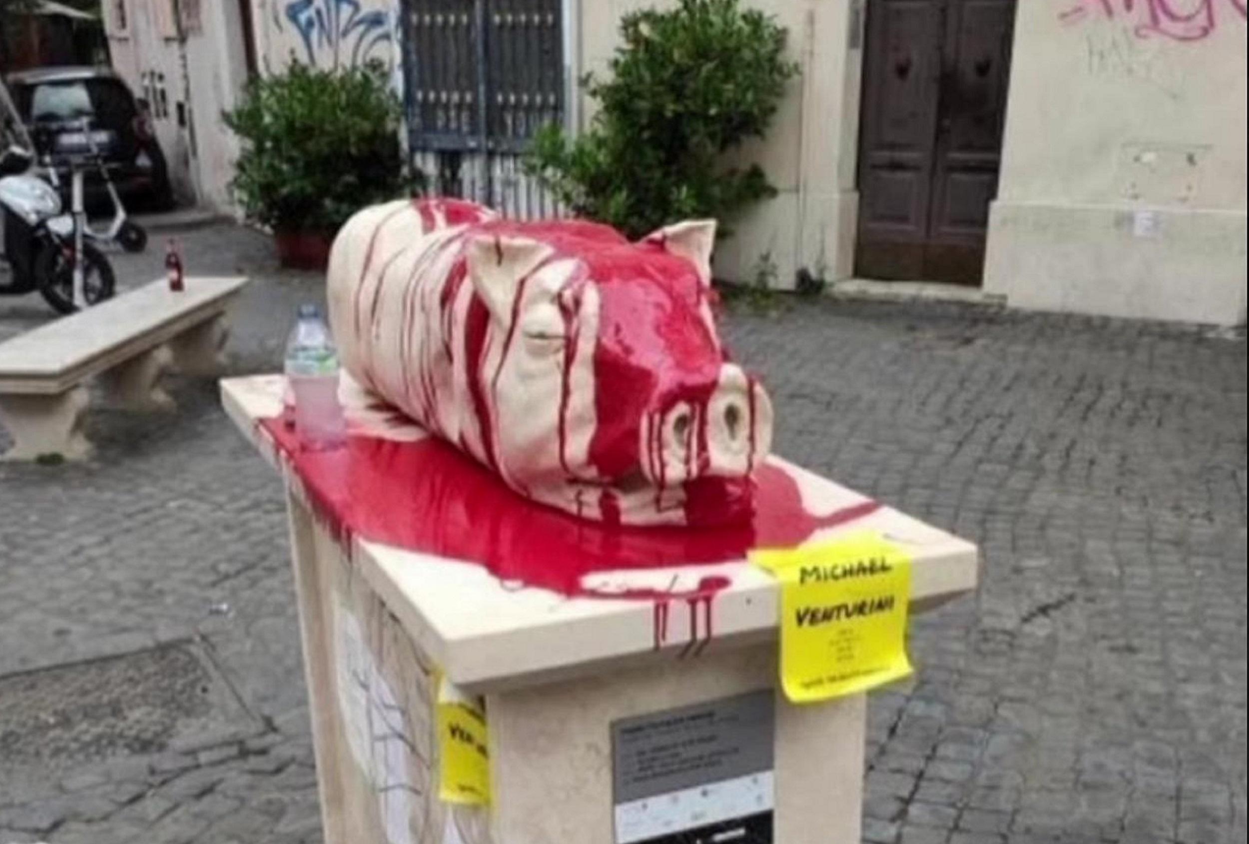 """Roma e la scultura della """"porchetta"""" a Trastevere. Dopo le polemiche, il vandalismo"""