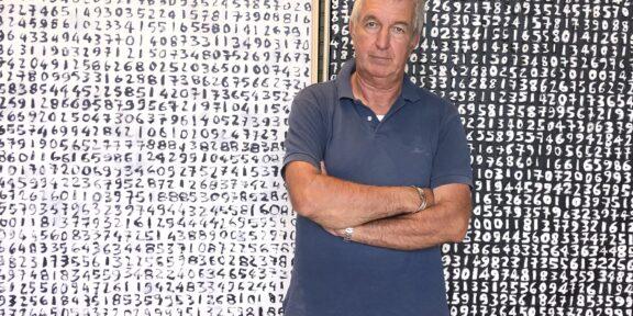 2021 Giorgio Piccaia davanti a Fibonacci nero e bianco
