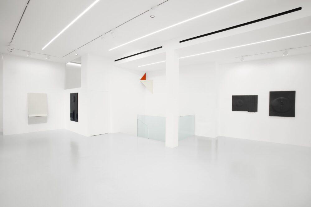 """""""Nelle pieghe della storia. Agostino Bonalumi, Sandro de Alexandris"""". Milano, Galleria 10 A.M. ART"""