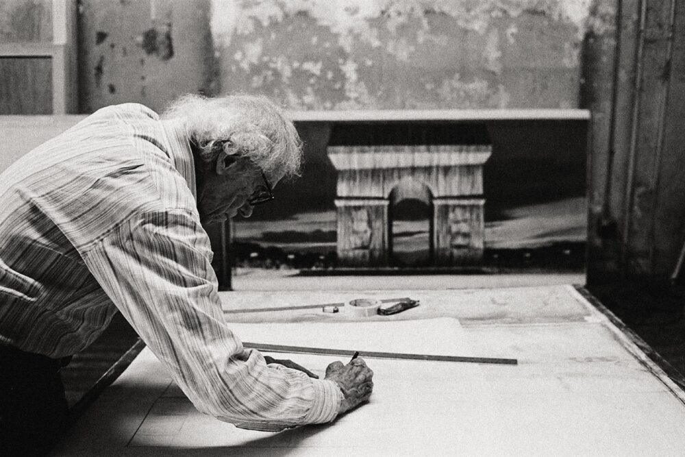 Christo in his studio working on a preparatory drawing for L'Arc de Triomphe, Wrapped New York City, 2020 Photo: Anastas Petkov © 2020 Christo and Jeanne - Claude Foundation