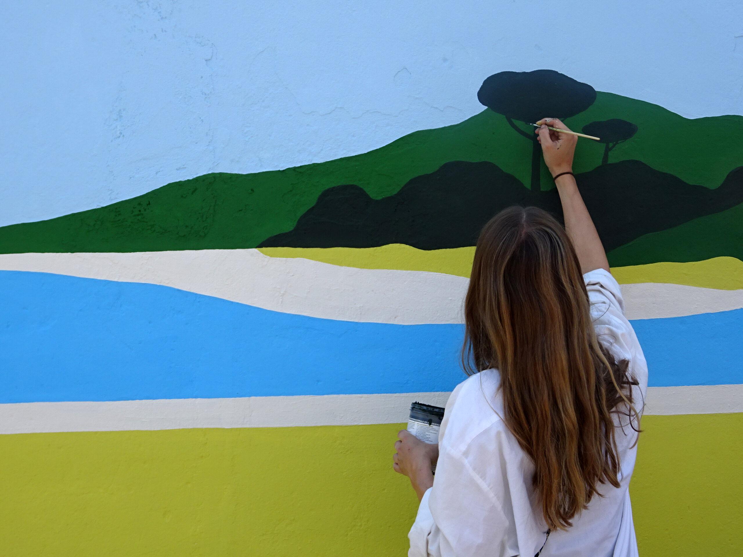 Immergersi in un mondo onirico. I murales di Maaike Canne colorano il Molise
