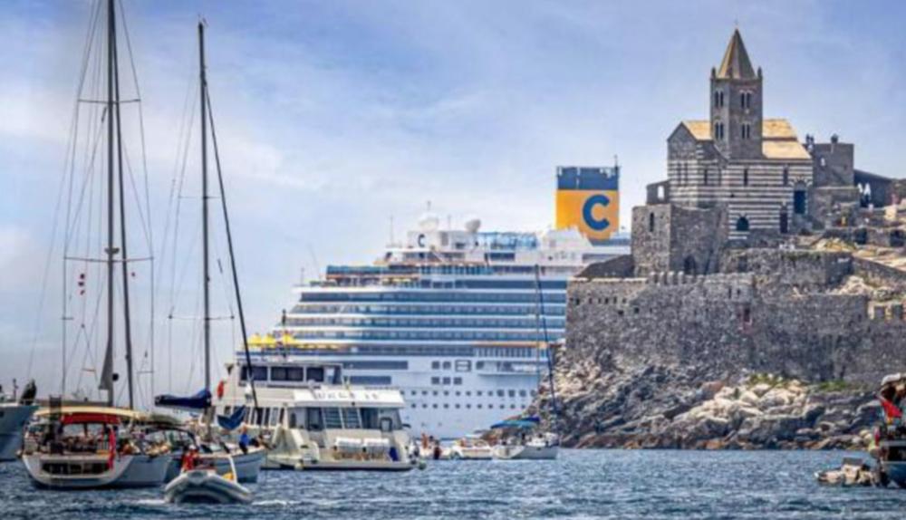 Navi da crociera oscurano il paesaggio a Porto Venere