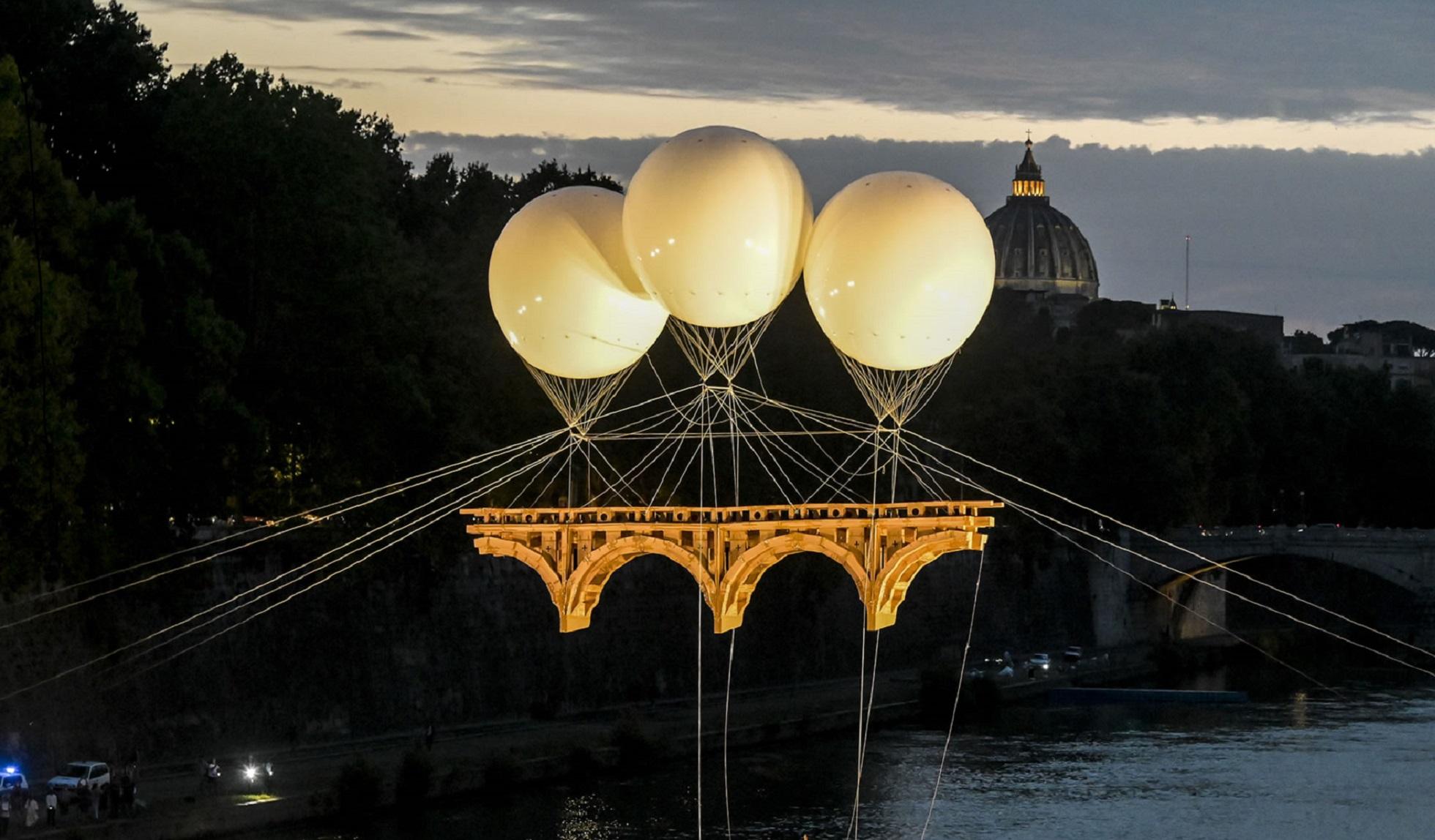 Un volo sul Tevere. A Roma la monumentale installazione del Ponte Farnese di Michelangelo