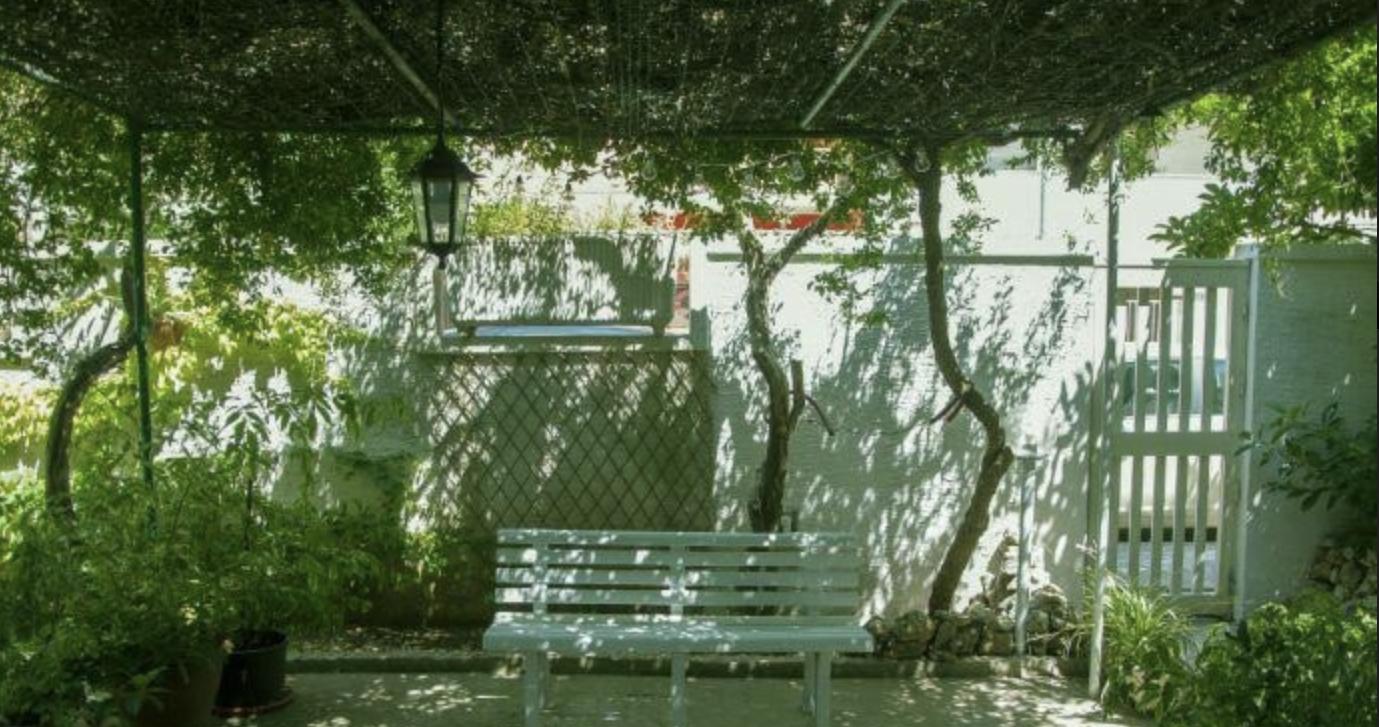 Rimpossessarsi dello spazio pubblico. A Lecce una residenza per curatori e artisti nel giardino di Giuseppe Arnesano