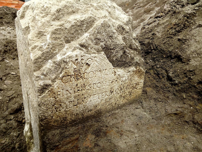 Roma eterna! Dagli scavi torna alla luce un raro cippo dell'epoca di Claudio