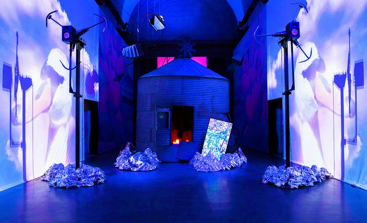 Heather Phillipson stravolge la Tate Britain. Il nuovo aspetto delle gallerie centrali, il VIDEO