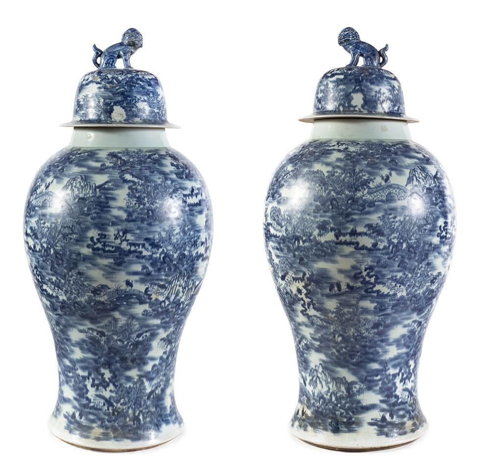 oppia di grandi pothiche in porcellana bianco e blu, Cina prima metà del XX secolo (lotto 19 stima € 5000-7000)