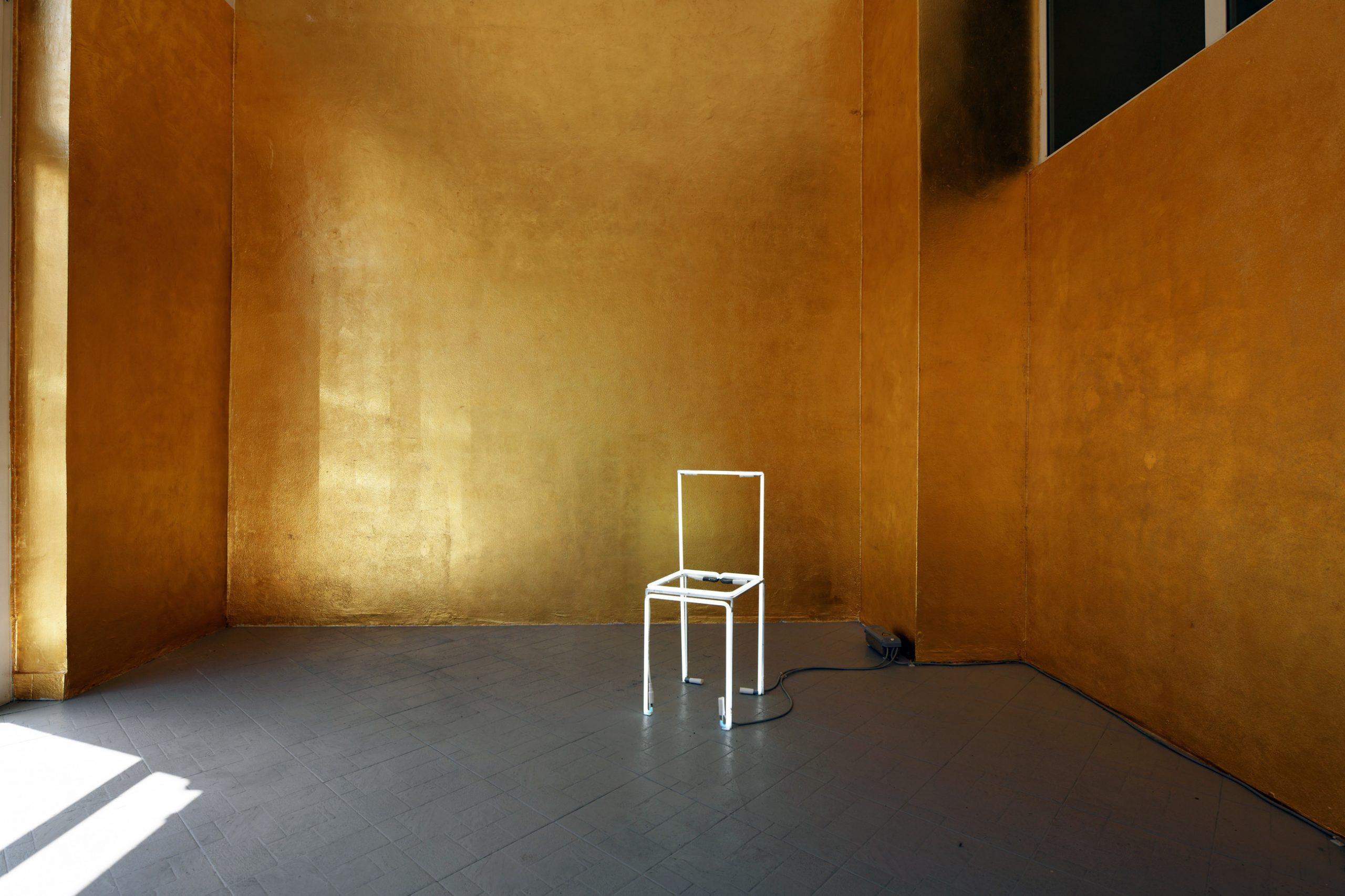 Un'arte politica con il fascino e la delicatezza della poesia. Una mostra fatta di esistenze e gesti, a Milano