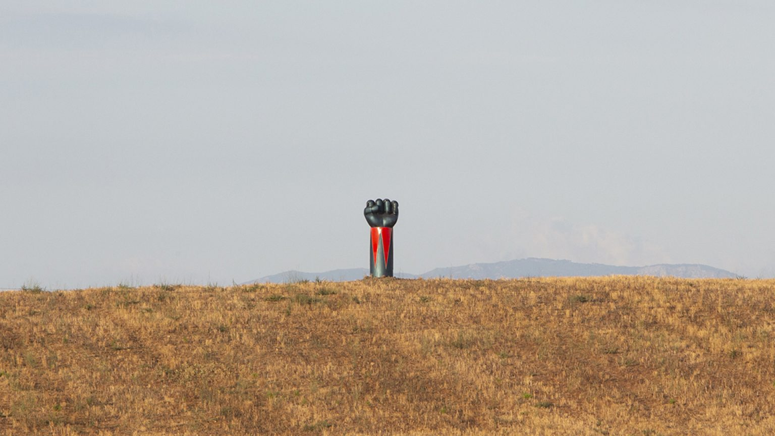 Goldrake a pugno chiuso si erge per le colline toscane