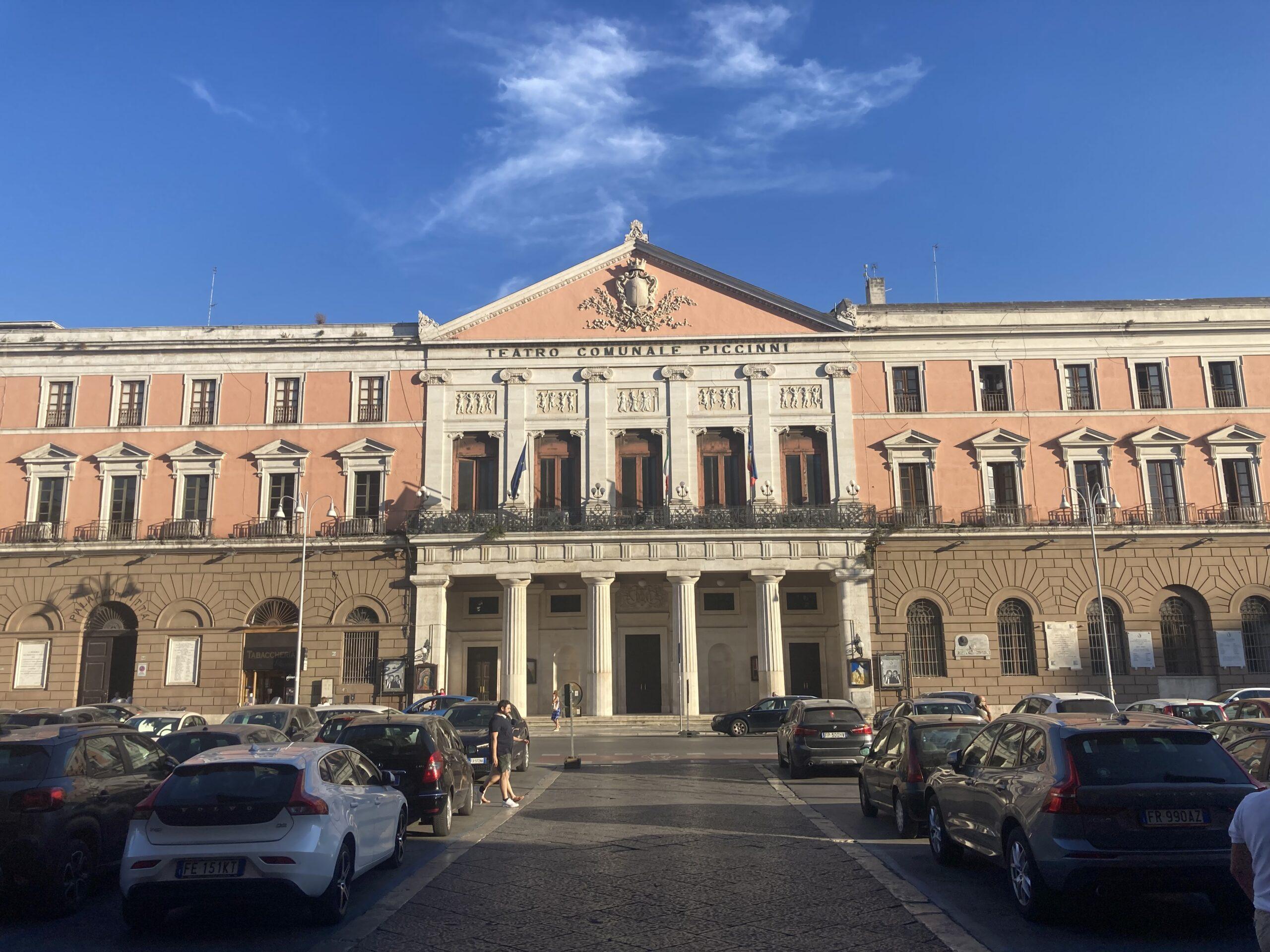 A Bari una mostra che ha luogo sulla facciata principale del Palazzo di Città