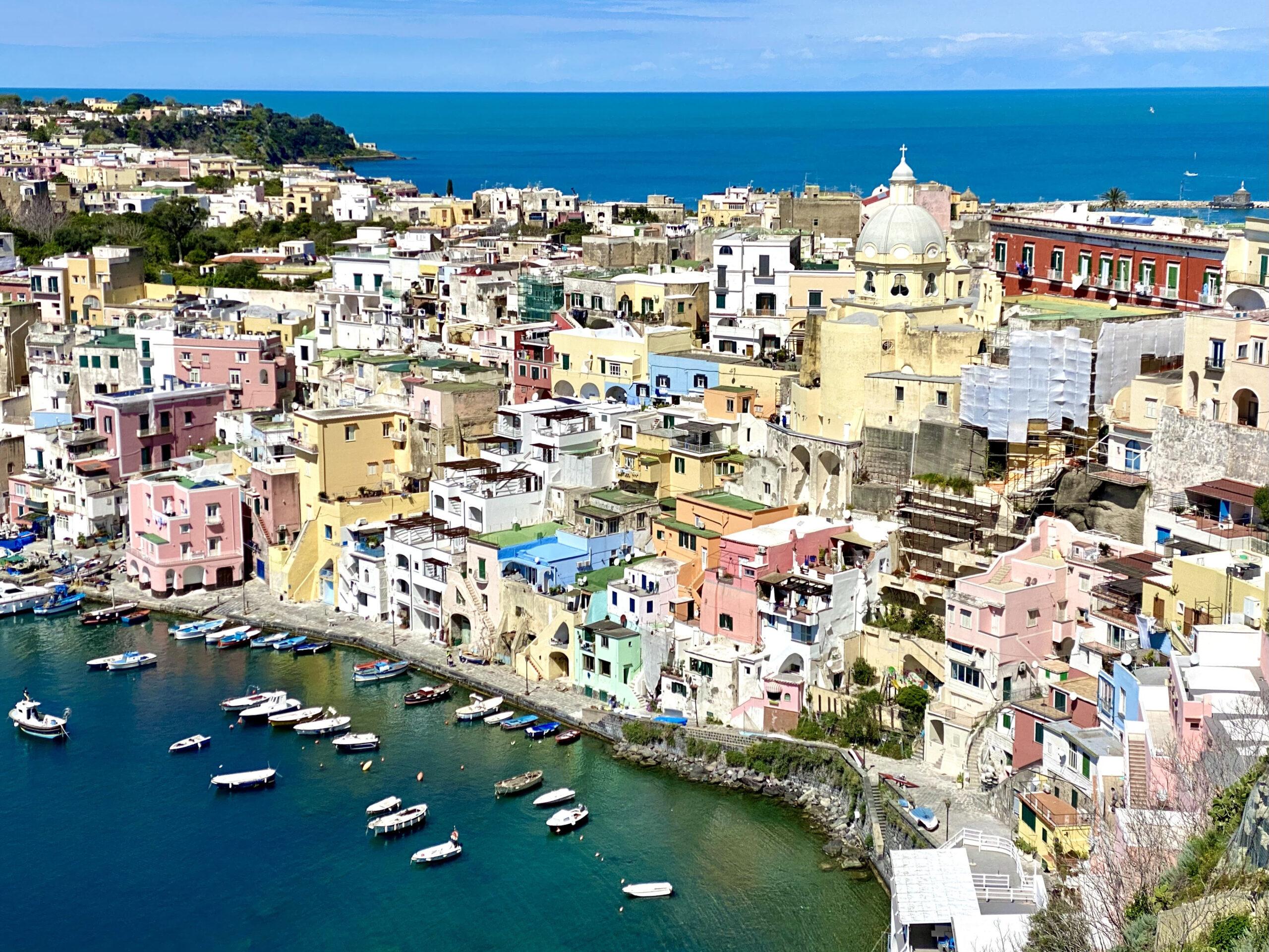 ITALICS approda a Procida. 60 gallerie invadono l'isola Capitale Italiana della Cultura 2022