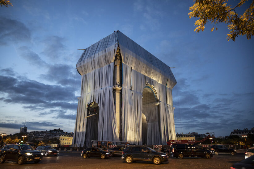 """Lavori di preparazione per """"L'Arc de Triomphe empaqueté"""" di Christo e Jeanne-Claude, 12 settembre 2021 (Siegfried Modola/Getty Images)"""