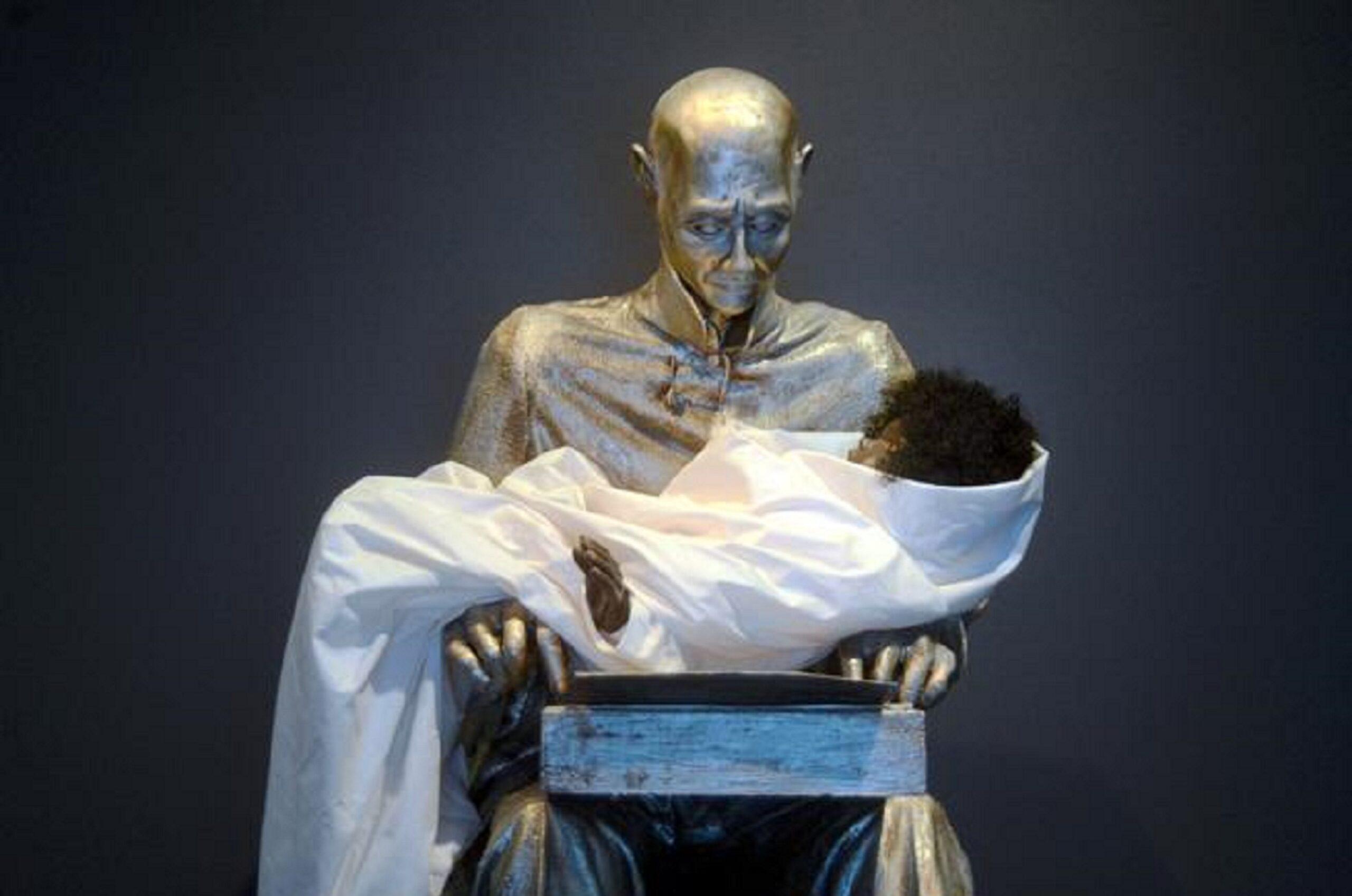 """""""Il vecchio e la bambina"""". Bufera per questa statua di Montanelli al Mudec di Milano"""