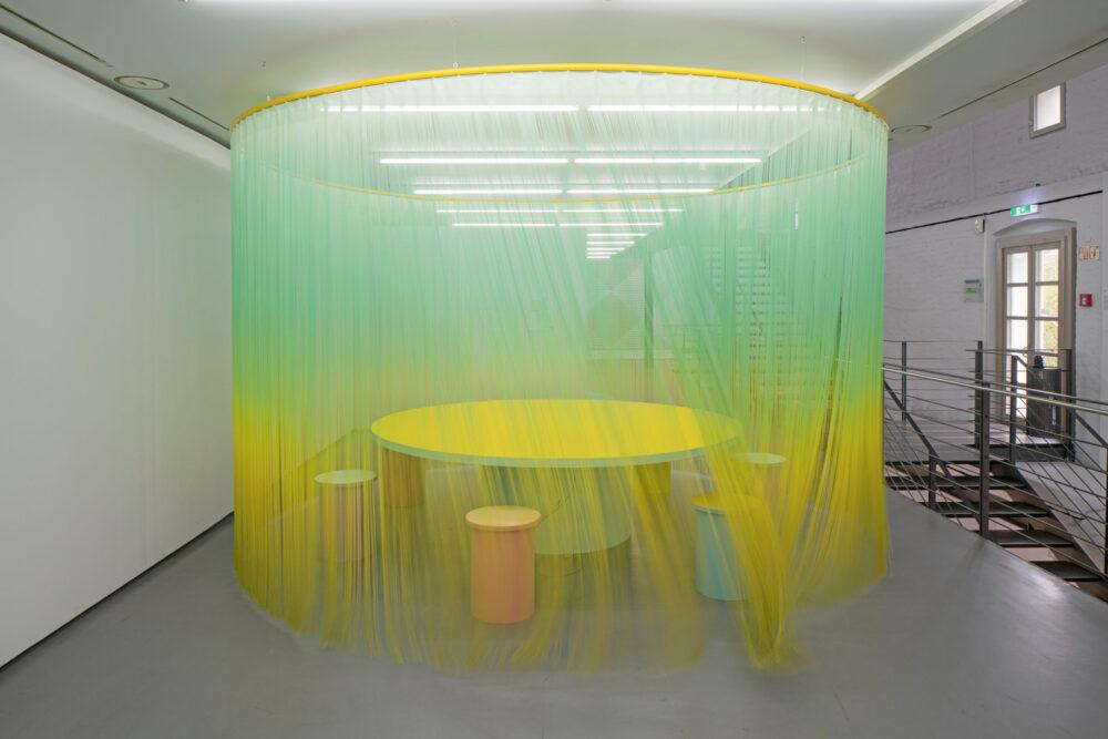 Erika Hock, Salon Tactile II, 2020, Installationsansicht Museum für Konkrete Kunst, Ingolstadt pulverbeschichtete Schienen, bedruckte Fadenvorh