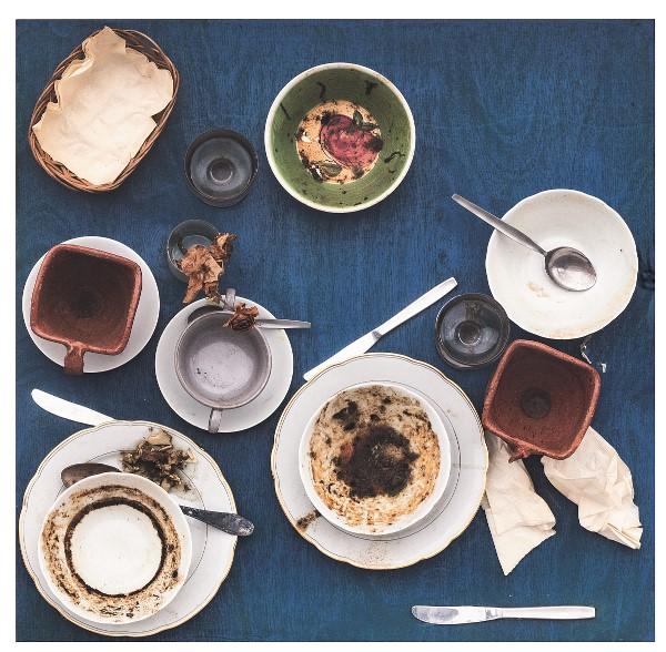 Daniel Spoerri, Action Restaurant Spoerri, Düsseldorf, 27 avril 1972 de la série « Tableau-piège » Collection privée, Milan Photo Fabio Mantegna, © Adagp, Paris, 2021