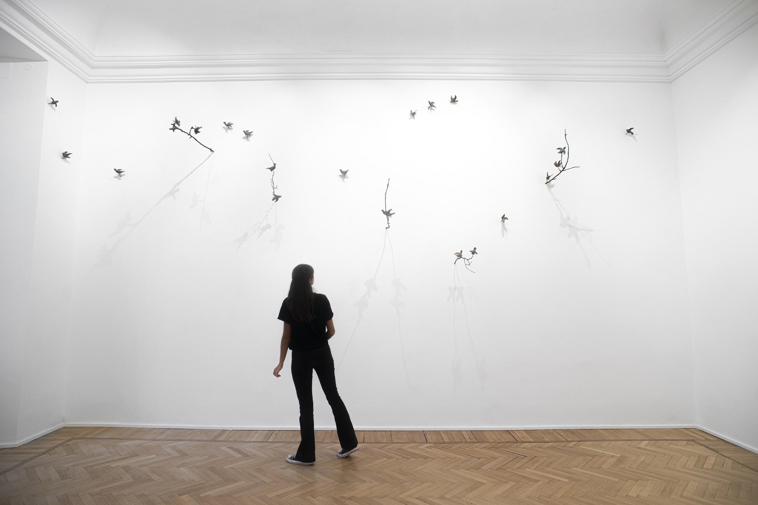 """""""C'è qui nell'aria la parola-ramo"""". Arte e poesia nella nuova mostra di Sabrina Mezzaqui a Roma"""