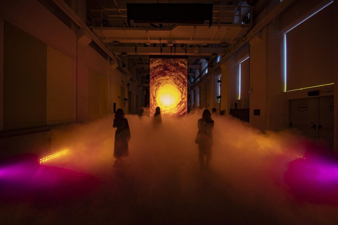 Cascate di nuvole e galassie. Una mega installazione esplora il sogno in tutte le sue sfumature, a BASE Milano
